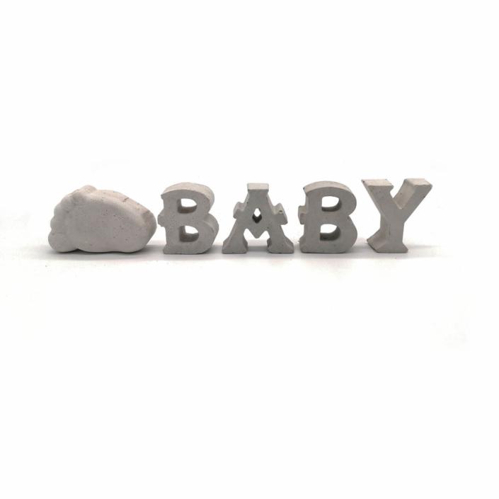 Babygeschenke personalisiert - Beton Buchstaben Baby mit Babyfuß