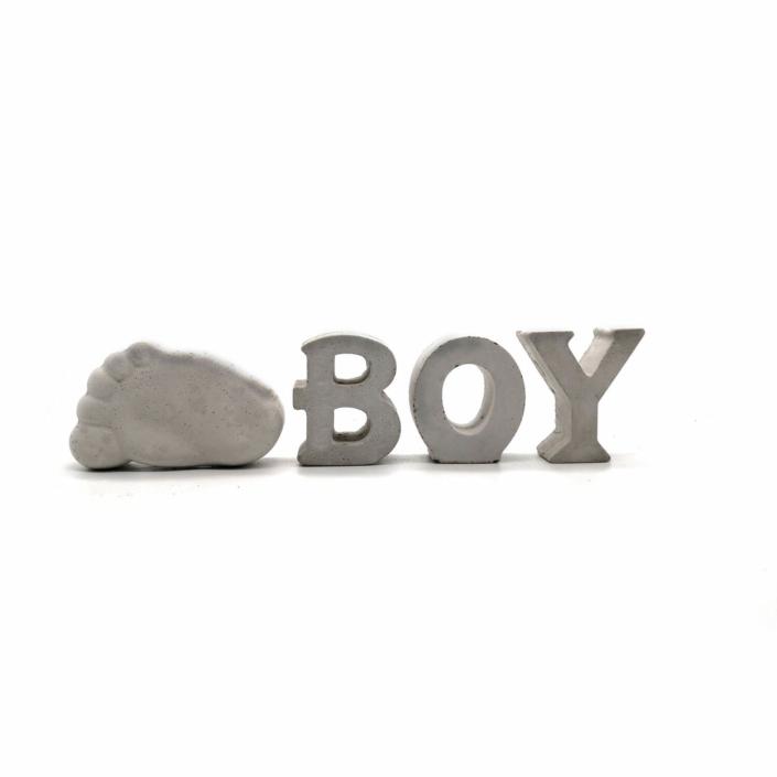 Babygeschenke personalisiert - Beton Buchstaben Boy mit Babyfuß
