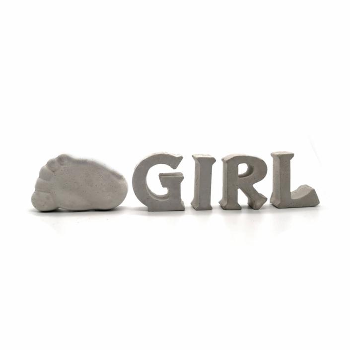 Babygeschenke personalisiert - Beton Buchstaben Girl mit Babyfuß